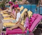 Ryan Evans (Lucas Grabeel), Sharpay Evans (Ashley Tisdale) en la piscina
