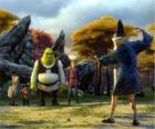 Shrek, el ogro, con sus amigos el Burro, el Gato con Botas y Arturo, observando a Merlín