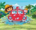 Dora, la niña exploradora, al lado del mono Botas, con un coche de bomberos
