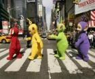 Po, Laa-Laa, Dipsy y Tinky-Winky atravesando una calle