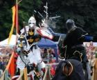 Dos caballeros montados en sus caballos participando en un torneo