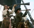 Capitán del barco pirata observando otro barco con el catalejo