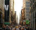 Una calle de la ciudad  de New York con edificios altos y rascacielos
