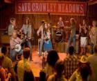 Hannah Montana (Miley Cyrus) interpretando una de sus canciones en Crowley Corners, el pueblo que vio crecer a Miley.