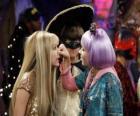 Lilly aprieta la nariz a Hannah Montana ante la atenta mirada de Oliver.