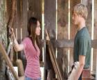 Miley Stewart (Miley Cyrus) hablando con Travis Brody (Lucas Till)