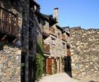Calle típica de pueblo de montaña