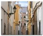 Calle de pueblo en Menorca, España