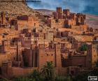 Ksar de Ait Ben Hadu, conjunto de edificios de adobe rodeados por altas murallas, Uarzazate, Marruecos.