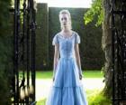 Alicia (Mia Wasikowska) una joven de 19 años, entrando en la mansión victoriana, en la que vivio en su niñez