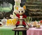 La Lirona, es una ratona que viste pantalones de montar.
