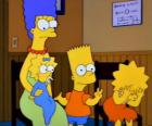 Marge con sus hijos Bart, Lisa y Maggie en la consulta del médico