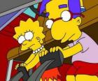 Lisa junto al mejor amigo de Brat, Milhouse jugando con los pedales del coche