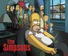 Homer Simpson en el sofá fumando pensativo mientra los otros le observan