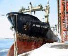 Gran barco de mercanciás amarado en el puerto