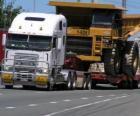 Camión, transportando un gran volquete
