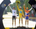 El podio de la 97ª edición del Tour de Francia: Alberto Contador, Andy Schleck y Denis Menchov, con el arco del Triunfo y los Campos Elíseos de fondo