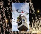 operario colocando las luces ornamentales de Navidad