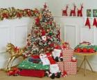 Árbol de Navidad muy decorado y con regalos