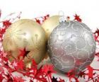 bolas navideñas decoradas y una cinta con estrellas