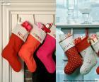 varios calcetines de Navidad colgados y llenos de regalos