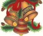 Conjunto de tres campanas adornadas con elementos decorativos navideños