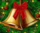 Un par de campanas navideñas con un lazo