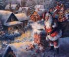 Papá Noel en el tejado de una casa y al lado de una chimenea