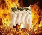 El fuego encendido durante Nochebuena con los calcetines colgados