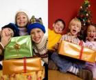 Niños con regalos de Navidad