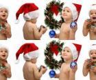 Niños con el gorro de Papá Noel y jugando con adornos navideños