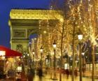 La avenida Champs Élysées adornada de Navidad con el Arco del Triunfo al fondo. París, Francia