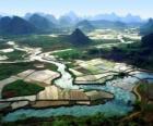 La China rural, el río y los campos de arroz