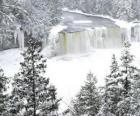 río congelado en pleno invierno