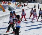 Típica escena invernal con los niños esquiando por la montaña