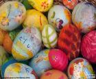 Huevos decorados y flores para celebrar la llegada de la Pascua