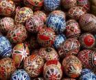 Montón de huevos de Pascua decorados con motivos geométricos