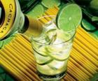La caipiriña es un cóctel de Brasil consistente de cachaza, lima, azúcar y hielo.