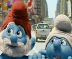 Papá Pitufo y Tontín, por las calles de Manhattan. - Los Pitufos, película -