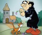 El malvado brujo Gargamel y su gato Azrael, los enemigos de los pitufos
