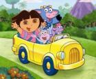 Dora y sus amigos en un pequeño automóvil