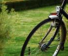 Rueda delantera de una bicicleta de paseo