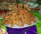 Plato lleno de galletas de jengibre con forma de muñeco