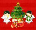 Dos ángeles junto a un árbol de Navidad