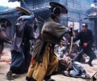 Varios samurais, luchando