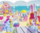 Varios pequeños ponys en la playa. Mi pequeño pony