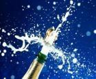 Descorchar una botella de champán para celebrar el Año nuevo