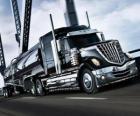 Gran camión negro
