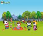 Varios jóvenes pandas de Panfu en el parque