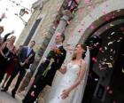 Los novios saliendo de la ceremonia de la boda